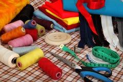 De hulpmiddelen van de kleermaker op heldere achtergrond Royalty-vrije Stock Foto's