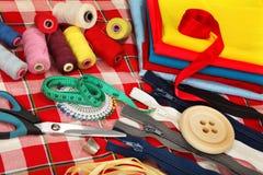 De hulpmiddelen van de kleermaker op heldere achtergrond Stock Fotografie