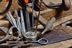 De hulpmiddelen van de oude timmerman om met hout te werken Royalty-vrije Stock Afbeeldingen