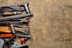 De hulpmiddelen van de oude timmerman om met hout te werken Stock Fotografie