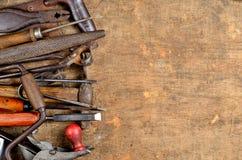 De hulpmiddelen van de oude timmerman om met hout te werken Royalty-vrije Stock Foto's