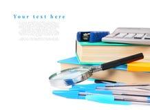 De hulpmiddelen van de school op een witte achtergrond Stock Afbeeldingen