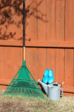 De hulpmiddelen van de tuin op werf Stock Foto's