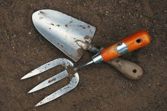 De hulpmiddelen van de tuin - vork en troffel Stock Foto