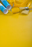 De hulpmiddelen van de verf op gele achtergrond met copyspace Royalty-vrije Stock Foto