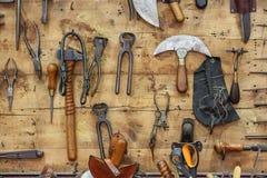 De hulpmiddelen van een looier op de muur in een looierij Stock Foto's