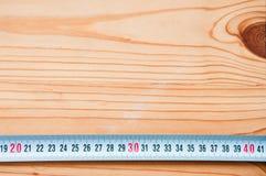 De hulpmiddelen van de hand op houten achtergrond stock fotografie