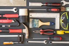 De hulpmiddelen van het timmerwerk op houten achtergrond Exemplaarruimte voor inschrijving stock afbeeldingen