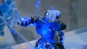 De Humanoidrobot die bij robotachtig dansen toont stock foto's
