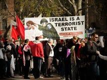 De hundratals personerna som protesterar avbildar show` Israel är statlig ` för terrorist på Sydney Townhall royaltyfri bild