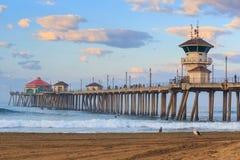 De Huntington Beachpijler bij zonsopgang stock foto's