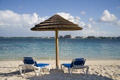 De hut en de stoelen van het strand op tropisch eiland Royalty-vrije Stock Fotografie