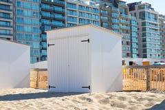 De hut houten zand knokke België van de strandcabine stock foto's
