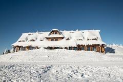 De hut van Chatamaraton op Lysa-horaheuvel in de bergen van de wintermoravskoslezske Beskydy in Tsjechische republiek stock foto