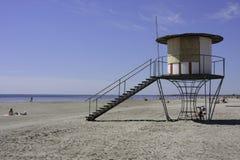 De hut van de badmeester bij strand Pärnu Stock Foto