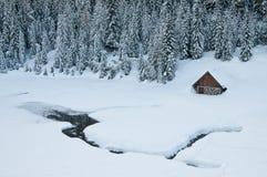 De hut van de berg in de winter Stock Afbeeldingen