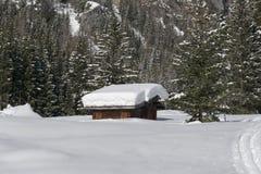 De hut van de berg onder de sneeuw Royalty-vrije Stock Foto's