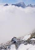 De hut van de berg zet onder Rysy op Royalty-vrije Stock Foto