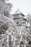 De hut van de observatie op de heuvel in de winter Sitno royalty-vrije stock foto's