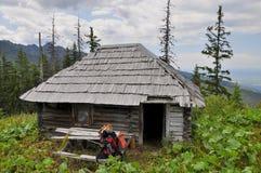De hut van de oude jager in de Karpaten Stock Afbeeldingen
