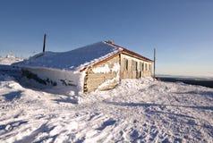 De hut van de winter in bergen Ural. Rusland, taiga, Siberië. Stock Afbeeldingen