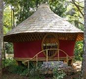 De hut van het cirkelbamboe in Bali Stock Foto's