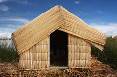 De hut van het riet op Meer Titicaca, Peru stock afbeeldingen