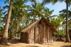 De hut van het stro op het strand van het Paradijs in Goa royalty-vrije stock foto's
