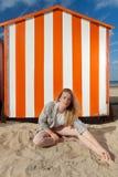 De hut van het de zonzand van de meisjeszitting, De Panne, België stock fotografie