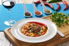 De hutspot van het rundvleesvlees met groenten, aardappel, Rode Wijn stock afbeelding