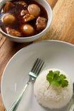 De hutspot van het varkensvlees met ei en rijst. Stock Fotografie
