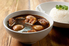 De hutspot van het varkensvlees met ei en rijst. Royalty-vrije Stock Afbeeldingen