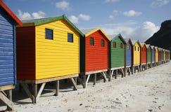 De hutten van het strand in een rij stock afbeeldingen