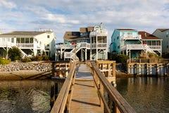 De huurplattelandshuisjes van de de zomervakantie op het water stock fotografie