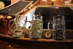 De huvudsakliga ölingredienserna korn, malt och flygturer i öl rånar royaltyfria bilder