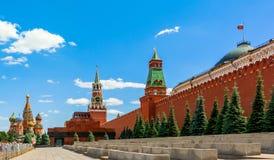 De huvudsakliga sikten av den röda fyrkanten för MoskvaKreml Royaltyfria Bilder