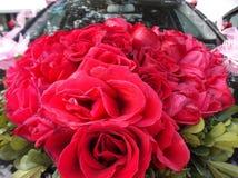 De huwelijksauto, bond een rood toenam Stock Foto