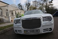 De huwelijksauto verfraaide in openlucht witte crislerwideangle royalty-vrije stock afbeelding