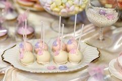 De huwelijkscake knalt in roze en purple Stock Foto
