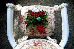 De huwelijksdecoratie en de decoratie, het boeket van de bruid, liggen en wachten op de bruid royalty-vrije stock fotografie
