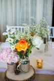 De huwelijksdecoratie met roze bloemen, goud candels en nam toe romantisch Tekenmevr. en Mr Stock Fotografie