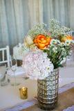 De huwelijksdecoratie met roze bloemen, gouden kaarsen en nam toe romantisch Stock Foto's
