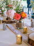 De huwelijksdecoratie met roze bloemen, gouden kaarsen en nam toe romantisch Royalty-vrije Stock Foto