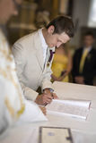 De huwelijkshandtekening. Bruidegom die het register ondertekent Stock Foto's
