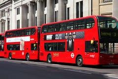De hybride bussen van Londen Stock Afbeeldingen