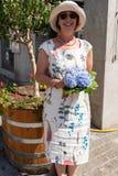 De hydrangea hortensia's van de vrouwenholding in Jugendfest Brugg royalty-vrije stock afbeelding