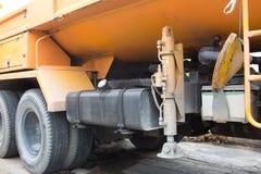 De hydrauliska utriggarestabilisatorerna på lastbilen Royaltyfria Foton
