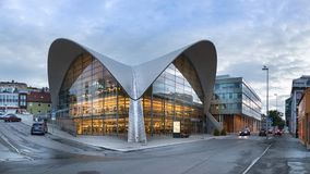 De hyperbolische paraboloid vorm van Tromso bibliotek og byarkiv, openbare bibliotheek in Tromso, Noorwegen stock foto's