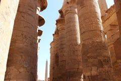 De hypostyle zaal en de obelisk in de tempel van Karnak stock afbeeldingen