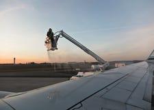De-Icing av ett flygplan Royaltyfria Bilder